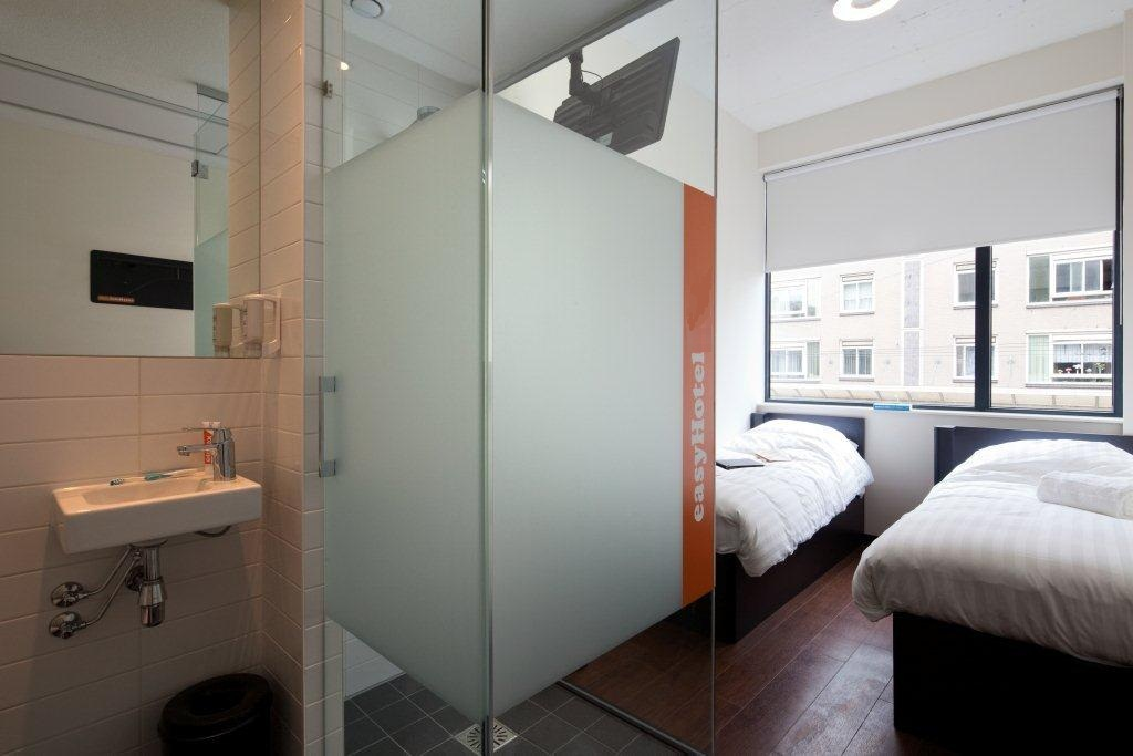 bathroom-and-twin-beds-easyhotel